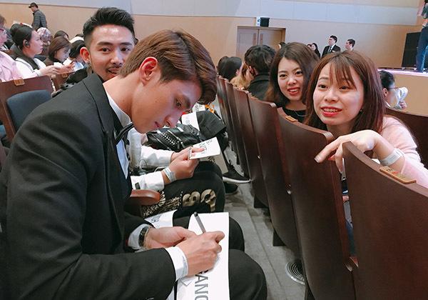 Văn Mai Hương, Bình An được fan Hàn xin chữ ký khi dự fan meeting Lee Dong Wook - 5