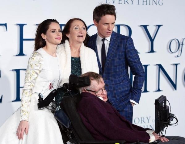Stephen và Jane tham gia buổi công chiếu phim điện ảnh The theory of everything năm 2014. Bộ phim nói về cuộc đời của chính Stephen Hawking.