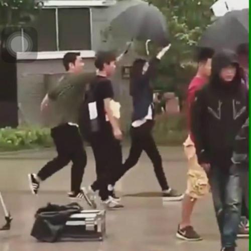 Chỉ vì chiếc ô: Krystal bị chê chảnh chọe, idol nam được khen hết lời - 3