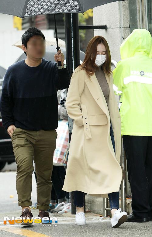 Chỉ vì chiếc ô: Krystal bị chê chảnh chọe, idol nam được khen hết lời - 2