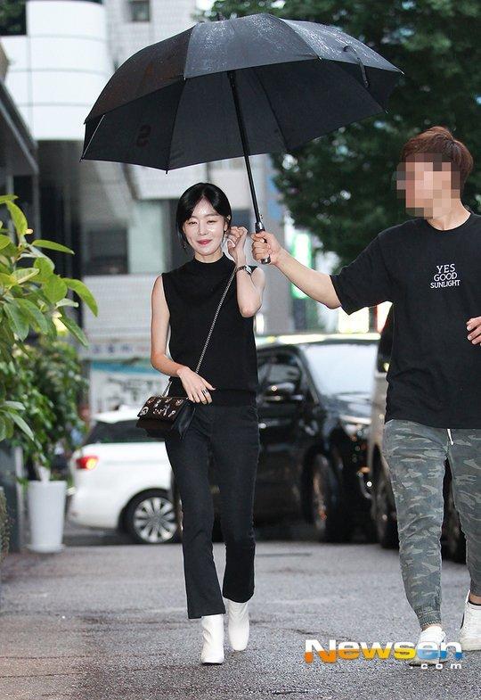 Chỉ vì chiếc ô: Krystal bị chê chảnh chọe, idol nam được khen hết lời - 5