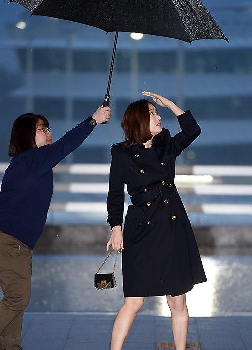 Chỉ vì chiếc ô: Krystal bị chê chảnh chọe, idol nam được khen hết lời