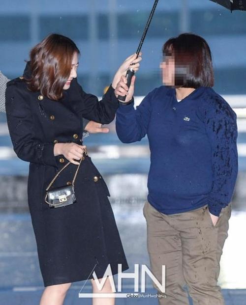 Chỉ vì chiếc ô: Krystal bị chê chảnh chọe, idol nam được khen hết lời - 1
