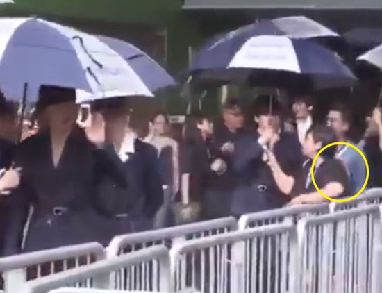 Chỉ vì chiếc ô: Krystal bị chê chảnh chọe, idol nam được khen hết lời - 7