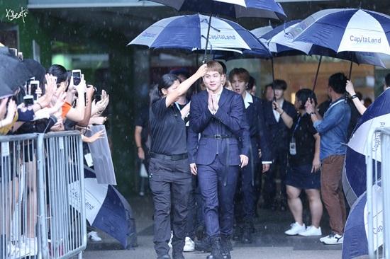 Chỉ vì chiếc ô: Krystal bị chê chảnh chọe, idol nam được khen hết lời - 6
