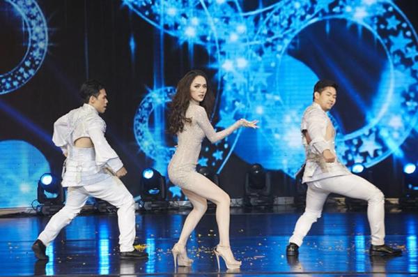 Hòa Minzy bắt chước may váy giống hệt Hương Giang - 2
