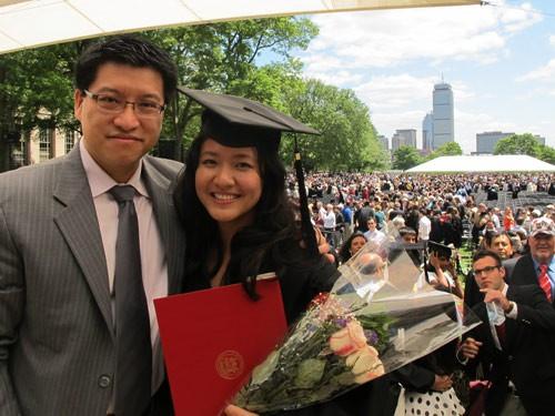 Lê Diệp Kiều Trang chụp ảnh cùng chồng trong ngày tốt nghiệp MIT.