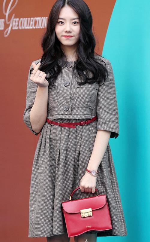 Mỹ nhân 17 tuổi vô tình lộ vòng 1 ở Seoul Fashion Week - 10