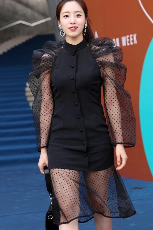 Mỹ nhân 17 tuổi vô tình lộ vòng 1 ở Seoul Fashion Week - 9