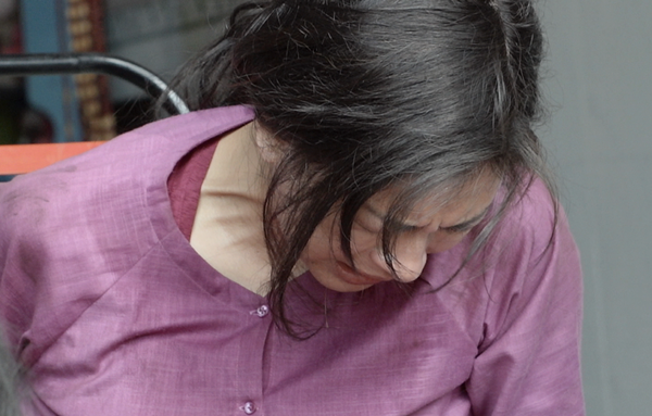 Nữ diễn viên đau đớn khi tai nạn khiến đầu gối bị mẻ.