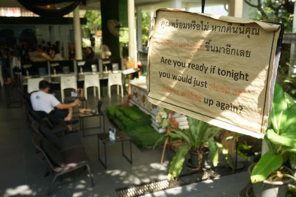 Giới trẻ Thái Lan phát sốt với quán cafe mang phong cách tang lễ - 5