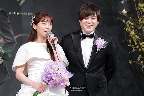 Cặp đôi ca sĩ thần tượng kết hôn khi cô dâu có bầu.