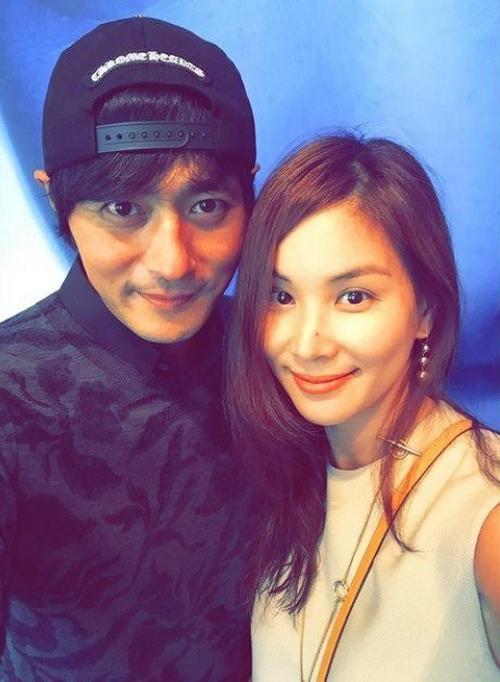 Vợ chồng Jang Dong Gun tình tứ như thời son rỗi.
