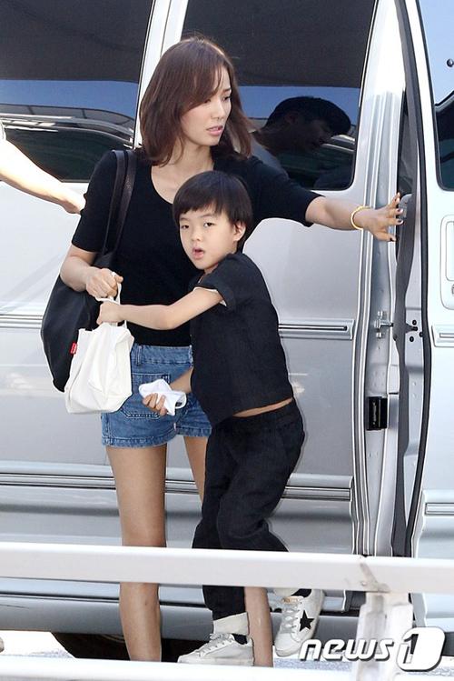 Con trai lớn theo mẹ đi tới buổi chụp hình.