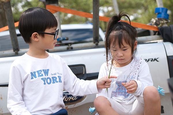 Minh Hà diện váy ngắn trẻ trung đến tận phim trường thăm Lý Hải - 3
