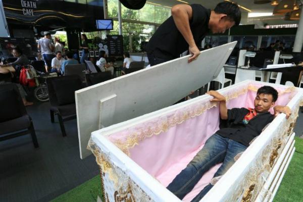 Giới trẻ Thái Lan phát sốt với quán cafe mang phong cách tang lễ - 4