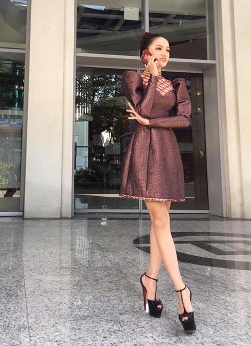 Hương Giang hậu đăng quang: Mặc váy nào đụng hàng váy đó - 4