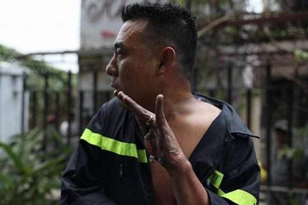 Bức hình được lan truyền rộng rãi nhất trong cộng đồng mạng tại thời điểm này là hình ảnh chiến sĩ Trần Tuấn Thanh, thuộc đơn vị PCCC quận 8, TPHCM bị bỏng tuột da tay khi đang cố gắng dập lửa tại đám cháy chung cư Carina.