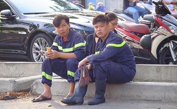 Vẻ mặt bơ phờ và mệt mỏi sau khi lao động hết mình vì dân vì nước.