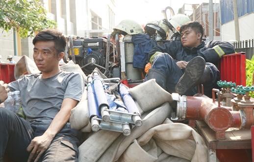 Hai anh lính cứu hỏa ngồi nghỉ sau khi bị rút cạn sức lực sau một đêm chiến đấu hết mình. Một người ngồi bần thần suy nghĩ, người kia ngủ thiếp đi vì kiệt sức.