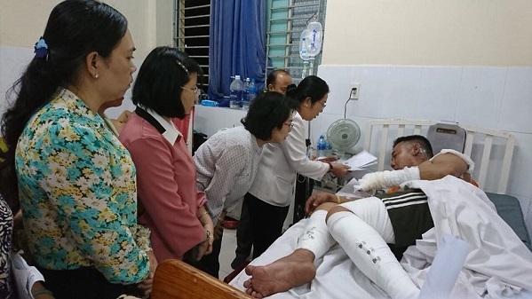 Đồng chí Võ Thị Dung - Phó Bí thư Thành ủy cùng lãnh đạo MTTQ, Hội LHPN thành phố, Quận ủy Q8 đến thăm chiến sĩ PCCC bị nạn trong lúc cứu hộ tại chung cư Carina.