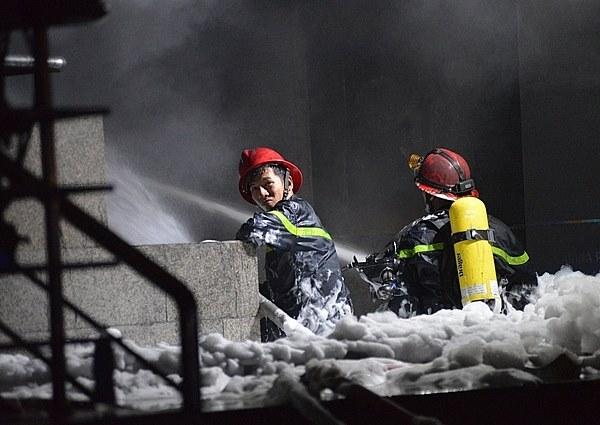 Chống chọi với biển lửa dữ dội hàng tiếng đồng hồ cũng khiến các anh mệt mỏi hay chán chường.