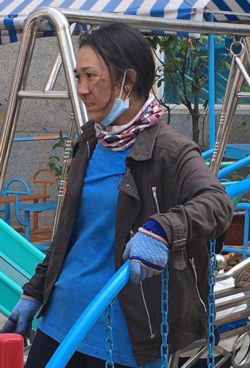 Người dân chung cư Carina lấm lem, vật lộn chuyển đồ giữa trưa nắng nóng - 2
