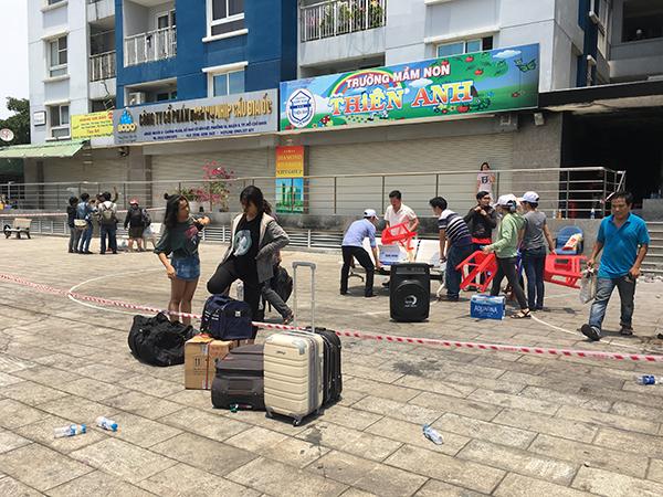Người dân chung cư Carina lấm lem, vật lộn chuyển đồ giữa trưa nắng nóng - 1