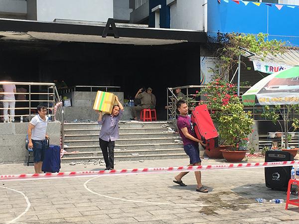 Người dân chung cư Carina lấm lem, vật lộn chuyển đồ giữa trưa nắng nóng