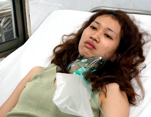 Chị Lam kể lại câu chuyện khi đang trong bệnh viện (Ảnh VNExpress).