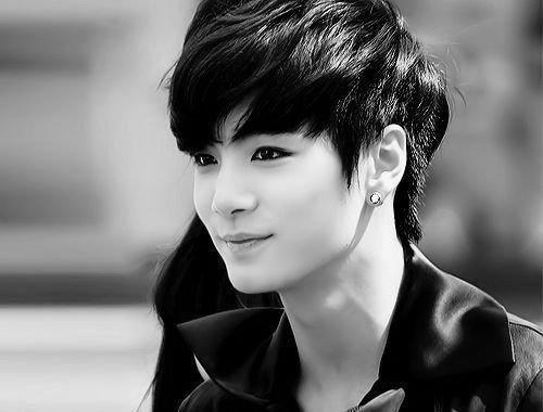 Leader quốc dân JR (Kim Jong Hyun) củaNUEST được công chúng để mắt đến bởi tính cách ấm áp, khả năng lãnh đạo và nhân cách tuyệt vời của mình. Bên cạnh vẻ ngoài diu dàng, ấm áp vànụ cười ngây ngô, trìu mến, chiếc cằm L-line cũng là yếu tố làm nên điểm nhấn ấn tượng khiến người hâm mộ chú ý đến JR.