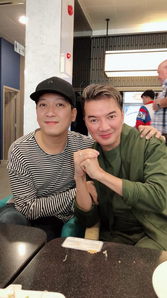 Đàm Vĩnh Hưng bắt gặp Trường Giang ở sân bay.