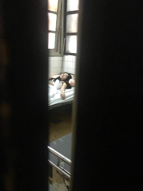 Hình ảnh hiếm hoi cho thấy Nam Em nhập viện vì gặp áp lực dư luận.