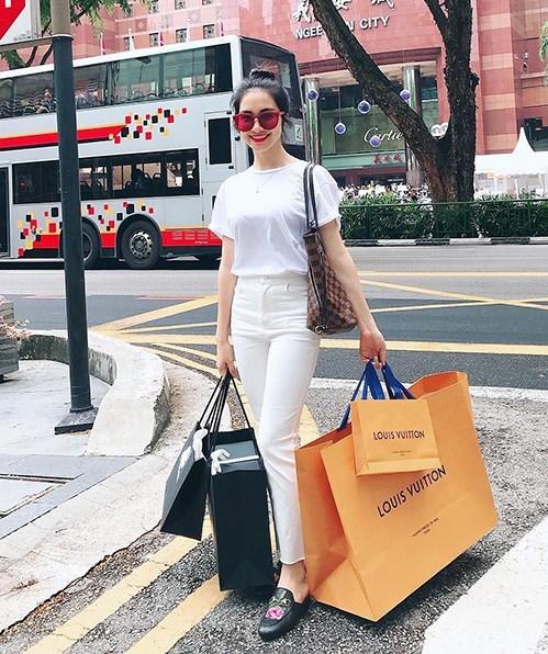 Hòa Minzy khoe chiến tích sắm hàng hiệu liên tục từ khi yêu đại gia - 1