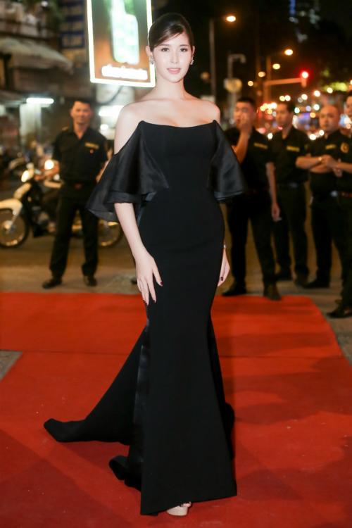 Chồng Lâm Khánh Chi cúi gập người chỉnh váy cho vợ - 5