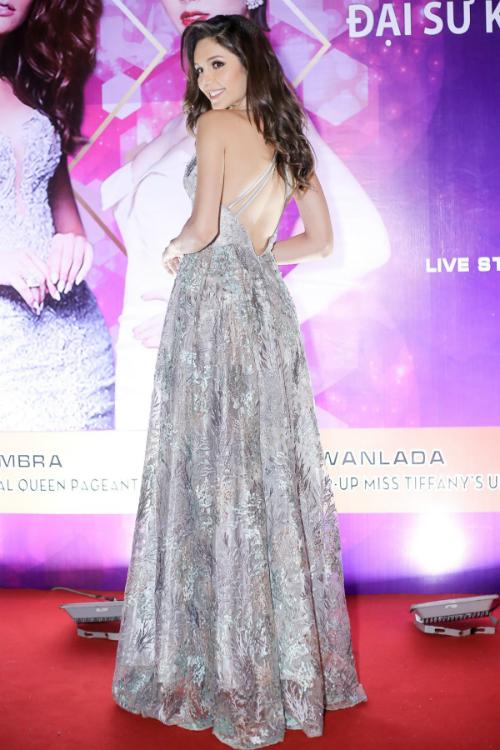 Chồng Lâm Khánh Chi cúi gập người chỉnh váy cho vợ - 6