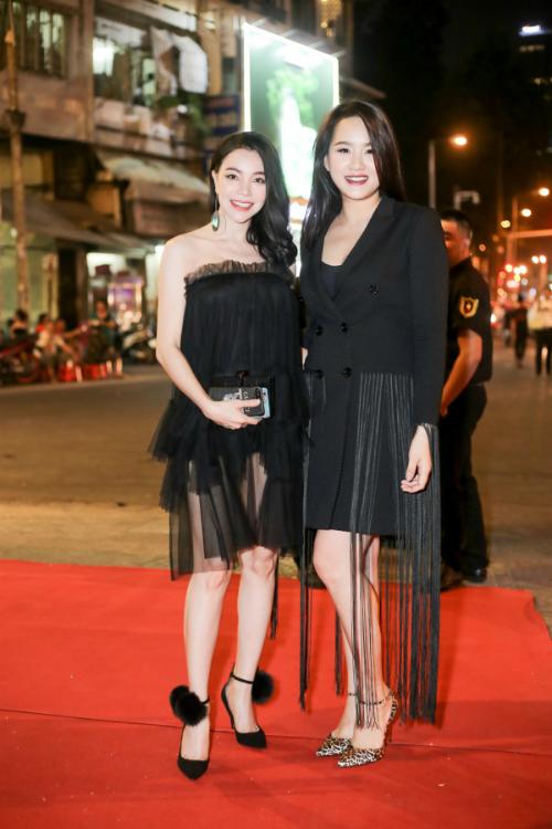 Chồng Lâm Khánh Chi cúi gập người chỉnh váy cho vợ - 8