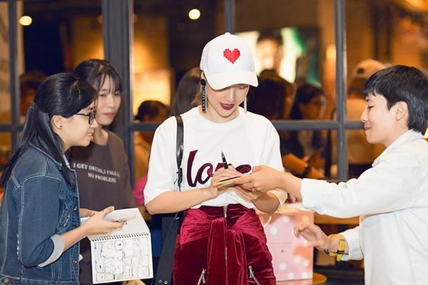 Hoàng Oanh cool ngầu đi gặp fan Dung đại ca - 3