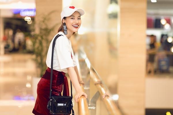 Hoàng Oanh cool ngầu đi gặp fan Dung đại ca - 2