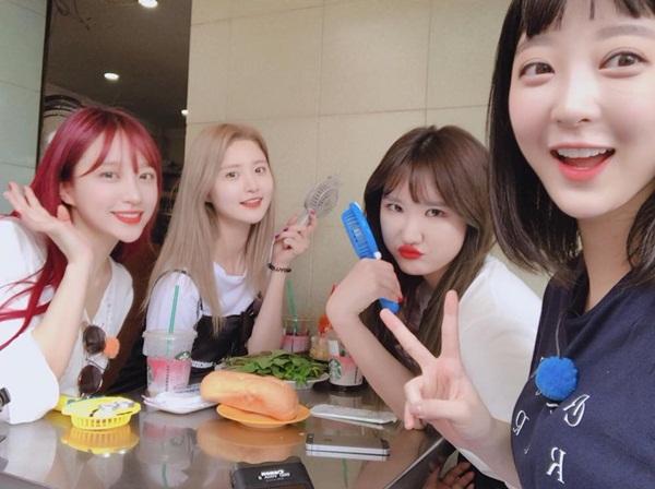 Hani đăng ảnh ăn bánh mì cùng các thành viên EXID khi đến Việt Nam hồi đầu tháng 3.