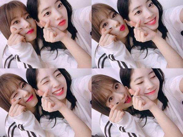 Sana và Da Hyun dán sát mặt bắn tim tình tứ.