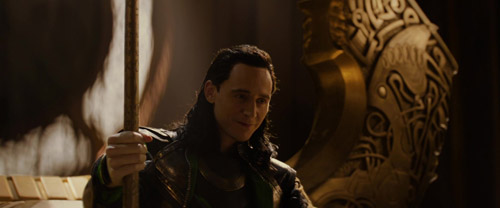 Cảnh phim bị cắt khiến fan thích thú khi thấy Loki nâng búa của Thor - 1