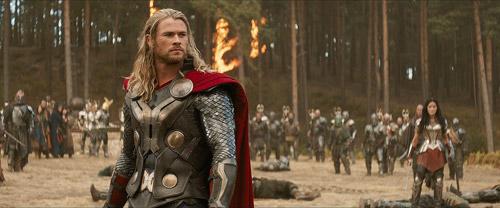 Cảnh phim bị cắt khiến fan thích thú khi thấy Loki nâng búa của Thor