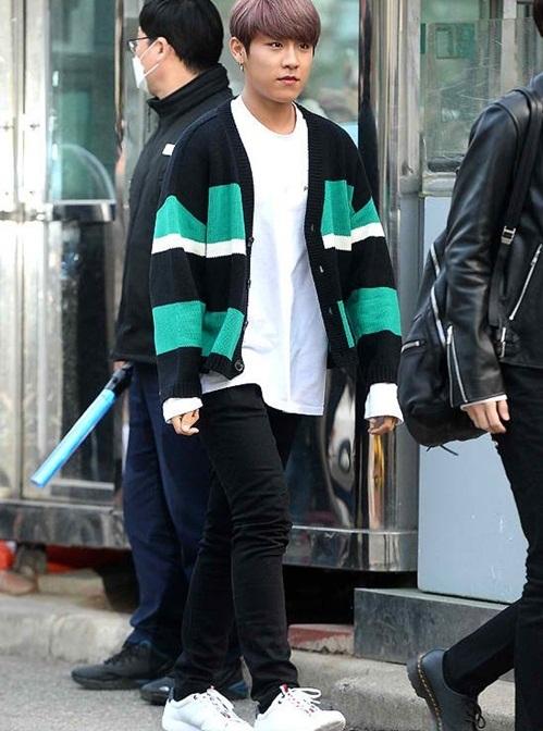 Woo Jin có làn da ngăm nam tính, phong cách thoải mái.