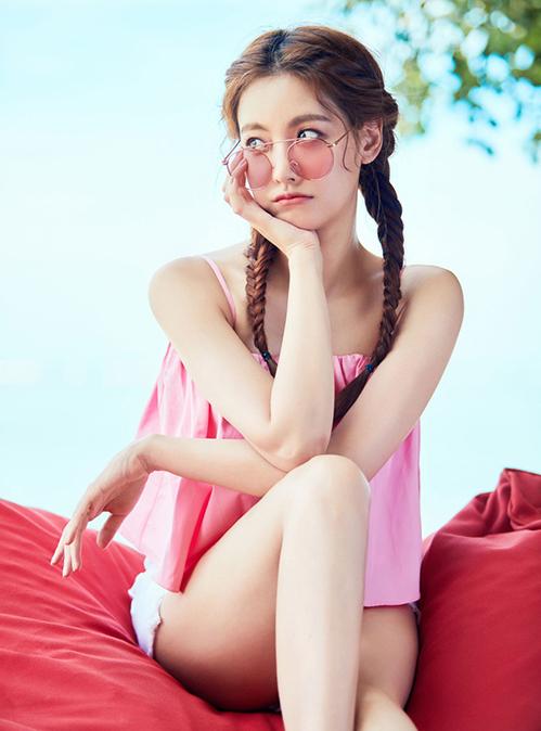 Bạn gái Kim Bum trẻ xinh như hot girl nhờ ăn mặc siêu hack tuổi