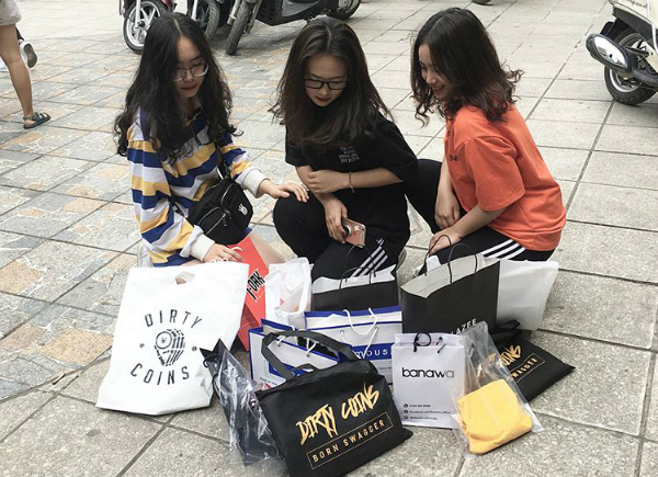 Tắc kín mọi lối đi, nhích từng bước trong hội chợ thời trang đình đám ở Hà Nội - 8