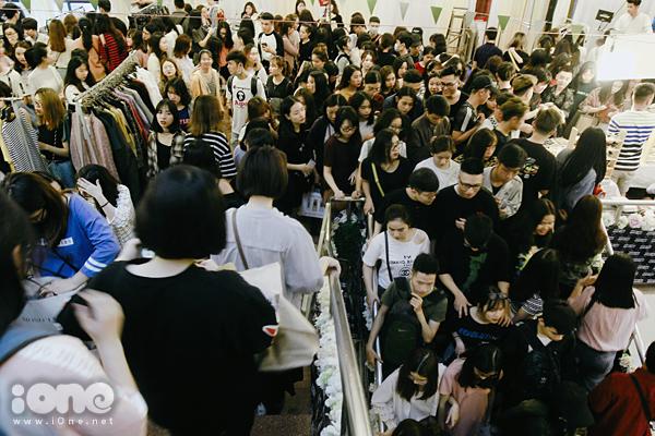 Tắc kín mọi lối đi, nhích từng bước trong hội chợ thời trang đình đám ở Hà Nội - 1