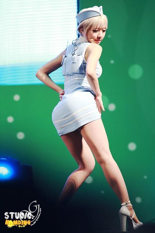 Những bộ váy ngắn cũn khiến khán giả đỏ mặt của idol nữ Kpop - 7