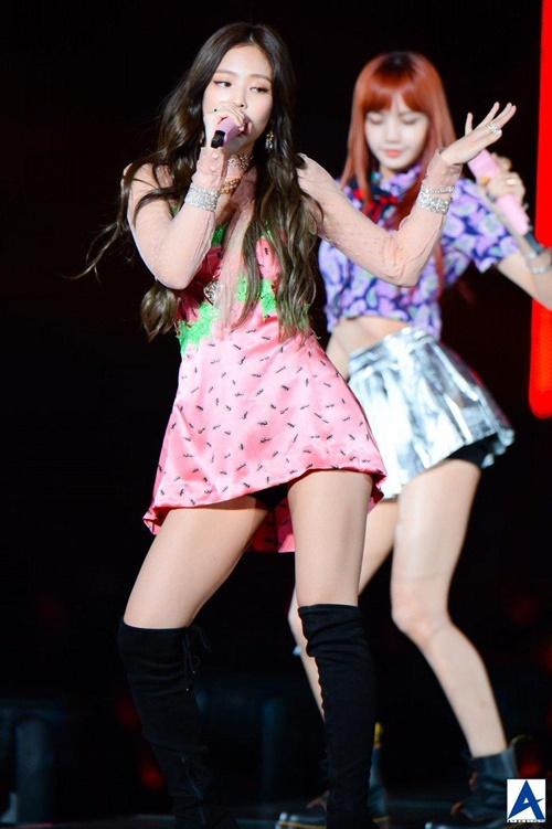 Những bộ váy ngắn cũn khiến khán giả đỏ mặt của idol nữ Kpop - 4