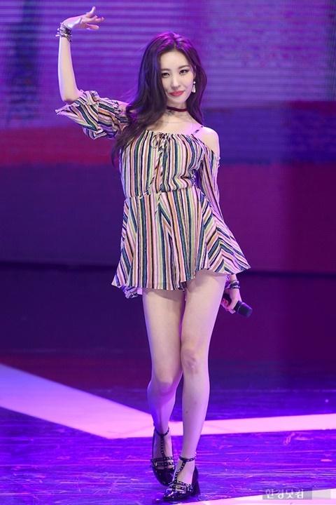 Những bộ váy ngắn cũn khiến khán giả đỏ mặt của idol nữ Kpop - 6